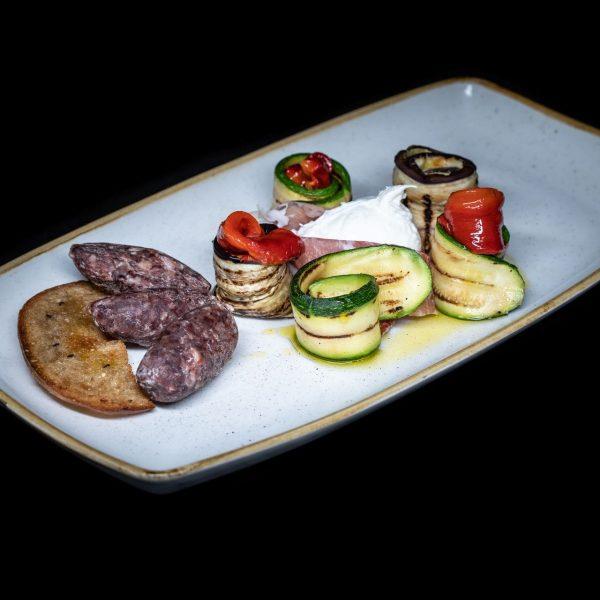 antipasti di verdure a km zero formaggi e salumi selezionati del nostro territorio e mozzarella di bufala dop